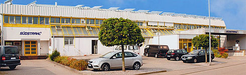 Gebäude der Südstrahl Unternehmung von außen mit Autos davor