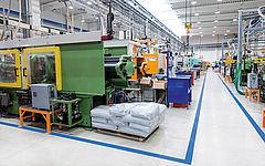 Trockeneisstrahlmaschine in einem Industriebetrieb mit Fertigungsmaschinen