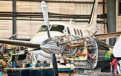Flugzeugtechnik ohne Verkleidung mit silbernem Propeller