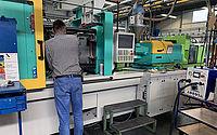 Cube Reiniger im Einsatz an einer industriellen Maschine