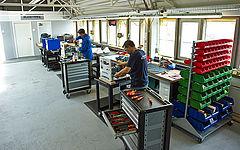 Produktionshalle von Südstrahl mit zwei Mitarbeitern
