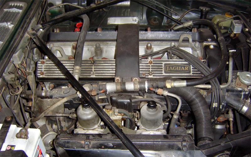 Dreckiger Motorraum vor der Trockeneisstrahlreinigung